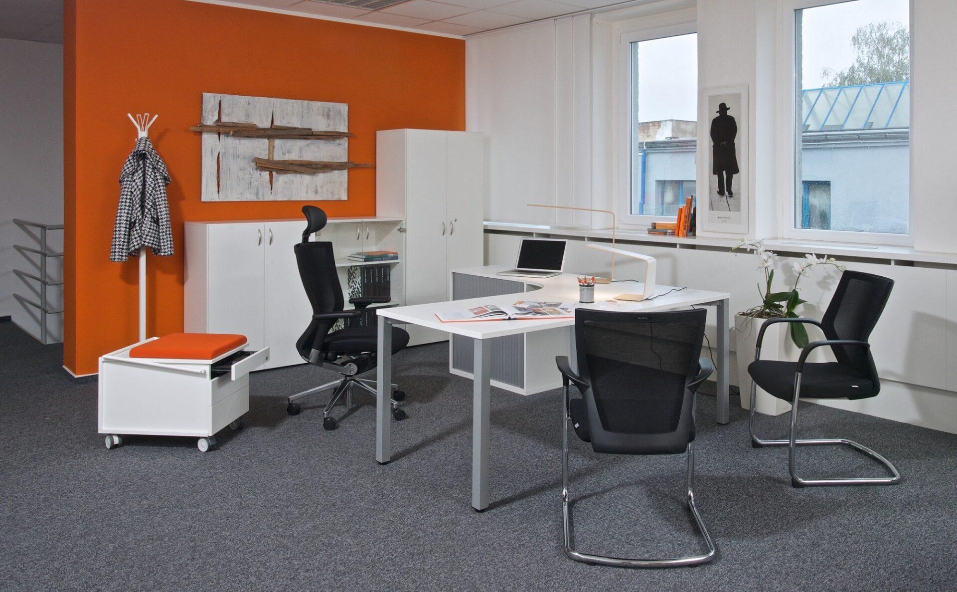 Vybavenie do veľkej kancelárie s3D modelom vs. pár stolov na home office. Predstavujeme obľúbené nábytkové rady Alfa aViva