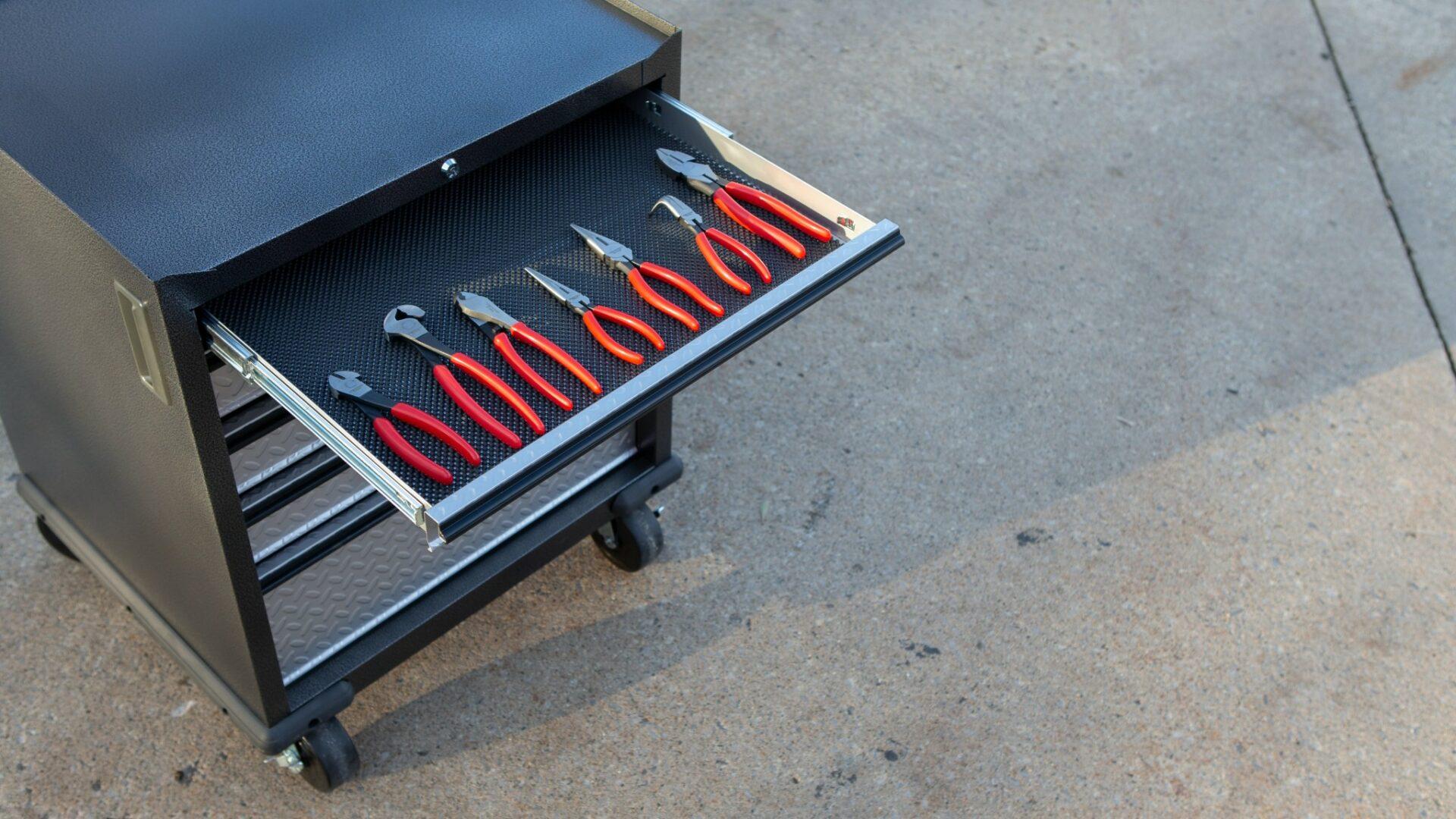 Kvalitné vybavenie dielne je kovové, robustné aflexibilné. Poradíme, ako sa vňom vyznať